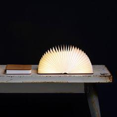 La sélection que je vous présente aujourd'hui ne vous est peut être pas totalement inconnue. Certaines de ces lampes au design totalement futuriste tournent déjà sur la toile, cependant AUCUN article ne mentionne leurs créateurs, ce qui est bien dommage. J'ai donc fouillé sur Internet, cherché des infos sur chacune de ces jolies lampes et trouvé de nouveaux modèles qui je l'espère, vous inspireront autant que moi., ,   La lampe Lumio