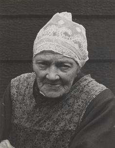 Vrouw in streekdracht uit Assendelft. Ze is gekleed in daagse dracht en draagt een hul. 1947 #NoordHolland #Zaanstreek #hul