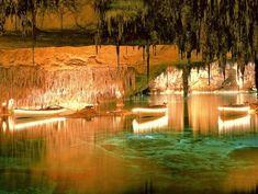 Las Cuevas del Drach: Estas cuevas en Mallorca se extienden por 2.4 km. Las cuevas formaron de la fuerza de la agua del Mar Mediterráneo. También hay un lago muy grande, y al final de la atracción turística hay un concierto en un barco.
