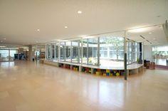 教員室の裏側、園舎の中央には中庭が配される。中庭のレベルは数10センチ持ち上げられ舞台のように。 ホールはランチルームや遊戯室、午睡にも利用。japan-architects.com