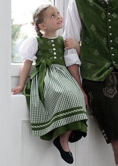 Hammerschmid #Kinder_Dirndl ~~~ geknöpftes Oberteil / Pünktchen-Borte / Schürze und Rock gesmokt / Die Dirndlbluse ist vorne geknöpft, Puffärmel und Ausschnitt sind mit feinen Spitzen verziert / 100% Baumwolle / Bluse: 65% Polyester, 35% Baumwolle.