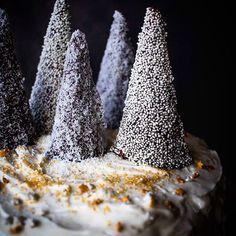 Φέτος που δεν μου μένει καθόλου χρόνος αλλά και κουράγιο για νέες χριστουγεννιάτικες συνταγές, φωτογραφήσεις και κείμενα, αναπολώ τις παλιές μου αγαπημένες δημιουργίες, όπως αυτό το κλασικό εγγλέζικο Christmas Fruit Cake, με άσπρο, χιονάτο γλάσο τυριού κρέμα... Σκηνικό Winter Wonderland και γεύση βαθιά, πλούσια, λαχταριστή... Η συνταγή στο αρχείο του blog, μαζί με όλες τις χριστουγεννιάτικες συνταγές. 6 μέρες μόνο για τα Χριστούγεννα!!!!! 🎄❄️🎁🎅🏼 #myblissfood #christmasrecipes… Winter Wonderland
