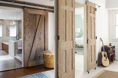 On trouve souvent des portes anciennes dans les brocantes et l'on ne pense pas toujours à ce que l'on pourrait en faire dans notre déco. Pourtant, il existe d