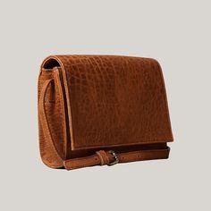 Frenchie en color camel de cerca. #leather #handbag #handmadeinbarcelona #shopbcn #shoplocal #bcnshopping