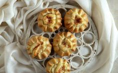 Lyhnarakia-Greek sweet cheese pastries - like mini cheesecakes Crockpot, Sandwiches, Cheese Pastry, Mini Cheesecakes, Dessert Recipes, Desserts, Greek Recipes, Pastries, Bakery