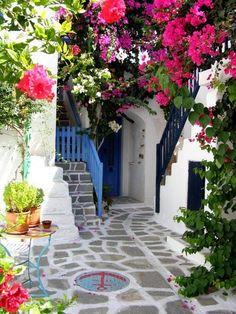 bluepueblo:    Courtyard, Parros Island, Greece  photo via nojardim