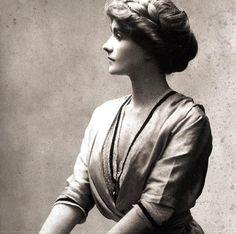 Coco Chanel 1910 - nota-se que está usando espartilho, peça que ela logo deixaria de lado...