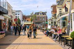 In Zandvoort gehen die Leute gerne Bummeln. Places Ive Been, Street View, Vacation, Amsterdam Holland, Holland, Holiday Destinations, Destinations, Vacations