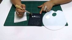 DIY Técnica de Ponceado en Fomi, Goma Eva, Microporoso, Easy Crafts Youtube, Easy, Facebook, Craft Videos, Paper, Pyrography, Jelly Beans, Tutorials, Canisters