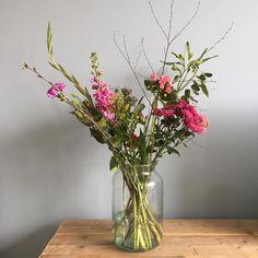 Gisteravond laat verraste manlief mij met deze prachtige bos bloemen van @bloomonnl. Zo kan ik vrolijk m'n weekend in! #bloemen #bloomon #flowers #happyfriday #interior #rust #instawonen #instadaily #instahome