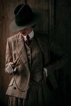 Lena Hoschek's Men at Work collection contains a bunch of pieces that are the perfect addition for your holiday wardrobe. Vintage Inspired Outfits, Vintage Outfits, Retro Fashion, Vintage Fashion, Womens Fashion, Dandy Look, Estilo Dandy, Mode Outfits, Fashion Outfits