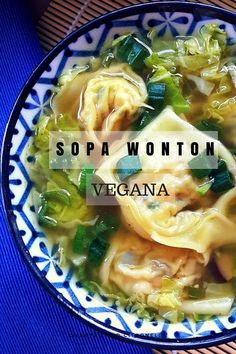 Sabías lo fácil que es hacer sopa de wontones? Esta versión es totalemente vegana con wontones de tofu y setas shiitake en un caldo de verduras y col.