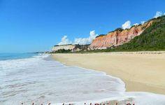 As falésias do Taípe constroem um cenário perfeito para quem gosta de praias selvagens e tranquilas. Quase deserta, a chegada até Taípe não é fácil, mas recompensa. Se não tiver como ir pelo mar, pode chegar lá por uma caminhada de quase 2h. A praia fica em Arraial d'Ajuda, no sul do litoral baiano, Brasil.  Fotografia: Guia da Semana.