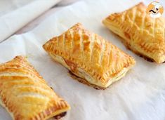 For a simple and quick meal, take some puff pastry, and bake these delicious savory hand pies! - Recipe Starter : Ham and cheese hand pies by PetitChef_Official Meat Recipes, Appetizer Recipes, Snack Recipes, Cooking Recipes, Hand Pies, Tumblr Food, Party Food And Drinks, Ham And Cheese, Quiches