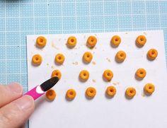 【100均粘土で作るミニチュアフード】4種のリングドーナツの作り方 | 豆のミニチュアフードブログ Diy Clay, Clay Crafts, Clay Food, Clay Ornaments, Kawaii Drawings, Clay Tutorials, Plastic Cutting Board, Polymer Clay, Crafty