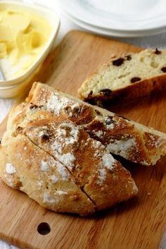 こねずに発酵もせず、混ぜて焼くだけ。香ばしくシンプルで小麦の味を楽しめます。 材料 2人分 Aヨーグルト 70g A牛乳 20g A砂糖 大さじ1/2 Aサラダ油 小さじ1 A塩 小さじ1/8 Aラムレーズン 40g B …