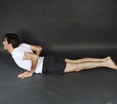 COBRA: Deite de barriga para baixo, apoie as mãos no chão na altura das costelas e deixe o cotovelo apontado para cima. Levante a cabeça e o tronco lentamente, mas o umbigo não pode sair do chão. Permaneça na posição por 20 segundos, duas vezes. Aumente 20 segundos por semana até chegar a um minuto.