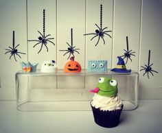 How to make Halloween costume cupcake toppers • CakeJournal.com