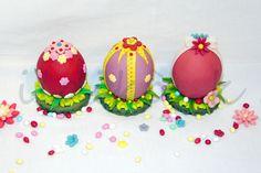 Uova pasquali di cioccolato ricoperti e decorati con pasta di zucchero