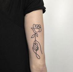 40 No-Ordinary Linie Tattoo Designs - Tattoo ideen Line Art Tattoos, Body Art Tattoos, Small Tattoos, Cool Tattoos, Tatoos, Unique Tattoos, Tattoo Art, Simplistic Tattoos, Upper Arm Tattoos