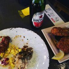 2017.6.4 256commune♡ commonの時以来。 ホットドッグがハンバーガーに変わってたけど、ハンバーガーも美味! 写真は旦那撮影の、バリ感出したやーつw . #instafood #food #foodstagram #delicious #yummy #yumyum #foodpics #chicken #sausage #potato #hamburger #highball #beer #vegan #bintang #bluemoon  #外食 #美味 #うまうま #肉 #豚肉 #フライドチキン #ポテトフライ #ソーセージ #ヴィーガンプレート #リンゴ酢ハイボール #ビール #ブルームーンモヒート