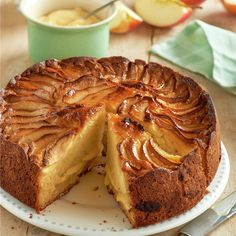 Tarta saint honoré con crema y merengue Baking Recipes, Cake Recipes, Cake Varieties, Apple Crumble Recipe, Sweet Cooking, Bunt Cakes, Plum Cake, My Dessert, Chicken Salad Recipes