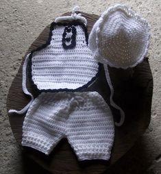 conjunto de shorts, avental e gorro confeccionados em crochê em fio antialérgico.  detalhes - babadinhos e botões.  cor - branco com detalhes em preto  tamanhos disponiveis - RN/ 1 a 3 / 3 a 6 / 6 a 9 / 9 a 12 meses R$ 79,90