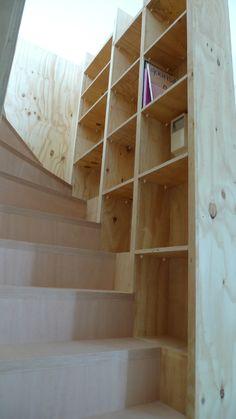 Bij deze Cube is een boekenkast in de trapopgang toegepast, deze blijft hierdoor aan het oog onttrokken vanuit de woonkamer, maar dicht bij de hand vanaf de vide. De trap wordt in een witte kleur geverfd waardoor het contrast groter wordt tussen de materialen.
