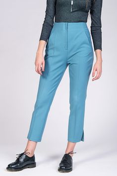 Buy the Tyyni Cigarette Trousers sewing pattern from Named. These high-waisted, midi-length, straight-leg trousers have a slim and flattering fit. Low Rise Jeans, Slim Pants, Straight Leg Pants, Clothing Patterns, Sewing Patterns, Named Clothing, How To Make Skirt, Diy Mode, Cigarette Trousers