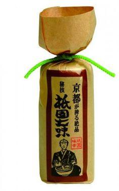 祇園味幸 黄金一味入り祇園七味 『京都・祇園で生まれ育った他にはないとても珍しい七味。日本一辛い黄金唐辛子を基本にして作られています。香り豊かな山椒など独自の調合で特許を取得。 独自の辛味とコクを持つ黄金唐辛子とより風味を出す白胡麻と黒胡麻の最上級の山椒を加え、陳皮、おの実、青紫蘇、青海苔を合わせて丁寧に仕上げています。』 販売価格 870 円(税込) 内容量 1本22g