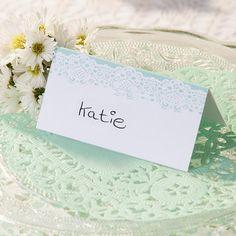 Süße Spitzendeckchen in Mint für die Hochzeit