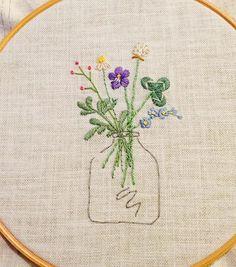 4個目完成(*^^*)小ぶりな花瓶もかわいいな♡  #刺繍#ホビーラホビーレ#青木和子