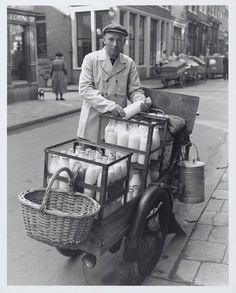 :::::::: Vintage Photograph :::::::: Melkboer, Milkman in old Amsterdam. Vintage Pictures, Old Pictures, Old Photos, Black White Photos, Black And White, Foto Madrid, Old London, East London, The Good Old Days