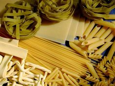 Is pasta healthy? By reading the nutrition label, you can learn to choose healthy pasta that suits your lifestyle! Egg Noodle Recipes, Pasta Recipes, Pasta Sauces, Pate Spaghetti, Sauce Carbonara, Vegetarian Lasagna Recipe, Pasta Types, Pasta Nutrition, Celerie Rave