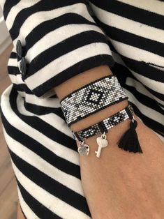 I needed showing you how to make a bracelet with natural stone and leather thread with video. Bead Loom Designs, Bead Loom Patterns, Beading Patterns, Bead Loom Bracelets, Beaded Bracelet Patterns, Bead Embroidery Jewelry, Leather Thread, Diy Accessoires, Seed Bead Jewelry
