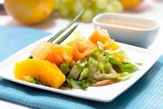 Sałata z wędzonym łososiem, pomarańczą i pastą orzechową. #łosoś #pomarańcza #sałatka #kolacja #dzieńkobiet #smacznastrona #tesco #przepisy #przepis