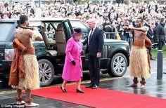 La atrevida reacción de la Reina Isabel al ser recibida por guapos hombres semidesnudos de Fiji