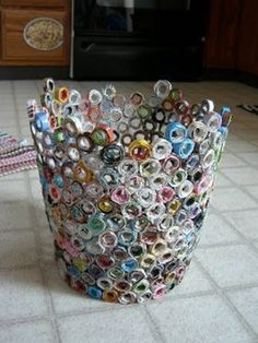 : Recycled Magazine Wastebasket Trash can made from old magazines. I've made a bowl using this technique but never thought to make a trash can. Upcycled Crafts, Recycled Art, Diy And Crafts, Arts And Crafts, Recycled Jewelry, Recycled Magazines, Old Magazines, Magazine Bowl, Recycling