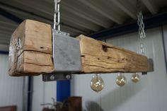 Lamp van oud eiken balk 120 cm. met metalen klamp Afmeting: 120 cm.