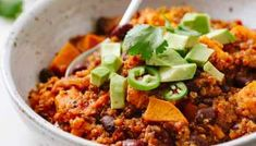 This Sweet Potato & Quinoa Chili recipe with black beans is hearty and full of flavor, and makes a great vegan lunch, dinner or meal prep idea! Three Bean Chili Recipe, Chili Recipe With Black Beans, No Bean Chili, Quinoa Chili, Vegan Chili, Spicy Chili, Chili Chili, Chili Mac, Ground Turkey Chili Recipe Crockpot