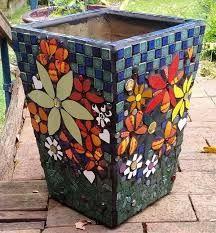 pots in mosaic Mosaic Planters, Mosaic Vase, Mosaic Flower Pots, Painted Flower Pots, Painted Pots, Mosaic Tiles, Mosaic Art Projects, Mosaic Crafts, Terracotta Plant Pots