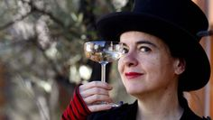 Machen Sie eine typische Handbewegung: Amélie Nothomb prostet Fotografen zu. Amelie, White Wine, Alcoholic Drinks, Glass, Illustrators, French Tips, Literatura, Authors, Photographers