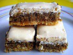 Orechové rezy so snehom - Cesto: práškový cukor - 40 g vanilkový cukor - 1 balenie maslo - 100 g polohrubá múka - 200 g žĺtok - 2 ks Orechová náplň: kryštálový cukor - 100 g orechy - 400 g rum - 4 PL Poleva: bielok - 2 ks práškový cukor - 250 g citrónová šťava - 1 PL  Z múky, cukru, vanil cukru, žĺtkov a masla -cesto,30 min postáť. Prevaríme 125 ml vody s cukrom a orechami, do vychladnutých orechov dáme rum a dáme na cesto. Vyšľaháme sneh a rozotrieme na náplň, pečieme 175 °C 15 min