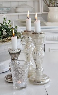 Litt for store forventninger. Candels, Candle Lanterns, Glass Candle, White Cottage, Cottage Chic, Candlestick Holders, Candlesticks, Chandeliers, Bougie Candle