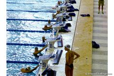 Chase Kalisz, Anthony Ervin and others converse against the wall after the race. (ATR)