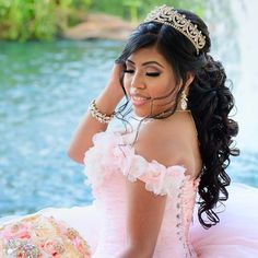 CREDIT: Check out our planning guide that is full of other Half up Half down Quinceañera Hairstyles! Wedding Hair Half, Wedding Hairstyles Half Up Half Down, Hair Up Or Down, Half Up Half Down Hair, Quince Hairstyles, Curled Hairstyles, Tight Curls, Loose Curls, Quinceanera Photography