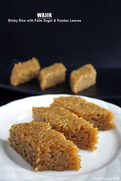 Wajik is a traditional Indonesian snack made with steamed glutinous (sticky) rice and further cooked in palm sugar, coconut milk, and pandan leaves. Indonesian Desserts, Indonesian Cuisine, Asian Desserts, Indonesian Recipes, Health Desserts, Malaysian Dessert, Malaysian Food, Burmese Food, Asian Cake