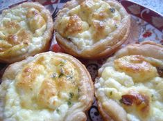 Recept voor mini quiches met lente-ui en fetakaas. Lekker als hapje! Ingrediënten: Bladerdeeg 2 eieren 100 ml room 2 el …