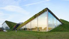 A Green Roof Project for Your Building: All You Need to Know to Make It Work Architecture Durable, Plans Architecture, Architecture Sketchbook, Victorian Architecture, Sustainable Architecture, Landscape Architecture, Architecture Design, Architecture Portfolio, Architecture Graphics