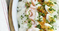 Samspillet mellem æg, rejer og stenbiderrogn samt den kogte torsk dækket af smagfuld cremefraichesauce, giver denne ret en himmelsk smag. Torskeret med cremefraichesauce er en sikker vinder. Meat Salad, Fish And Meat, Ceviche, Bagels, Bruschetta, Pesto, Parmesan, Risotto, Potato Salad